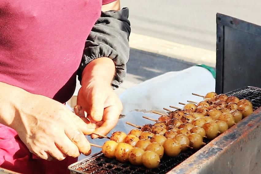 「所沢焼きだんご」は所沢市内の祭りやイベントで多く見られます